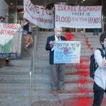 """Canada: attivisti ebrei dipingono """"fiume di sangue"""" sui gradini del consolato di Israele"""